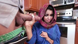 来自中东的害羞女孩阿达桑切斯跪下吮吸他的阴茎