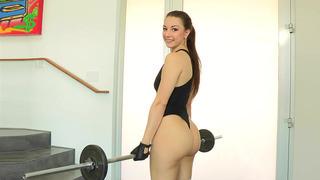 亚历克西斯罗德里格斯锻炼并驯服她美味的屁股