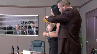 大小姐马丁内斯让她的油腻和舔她的老板多汁的山雀