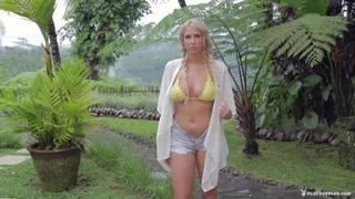 害羞的美丽金发女孩与自然大山雀