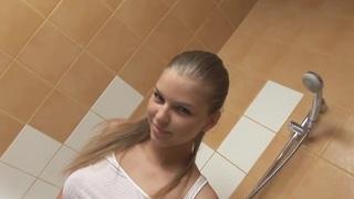 美丽的欧洲青少年淋浴和显示阴部