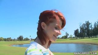 在行动中打高尔夫红头发人摩伊