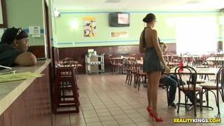 货币对话船员正在经营一家餐馆。没有性别
