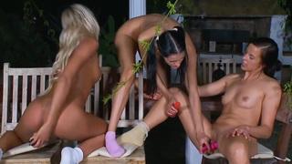 三个女同性恋青少年与玩具
