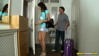 长腿奥利维亚想租一间公寓