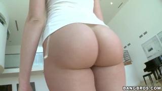 屁股对于一个白人女孩来说非常完美。凝视Mia Malkova。