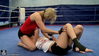Nikita和Tanya Tate在战斗俱乐部混战