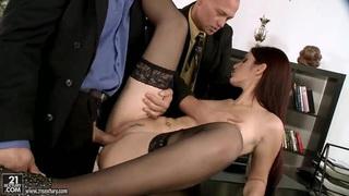 奇妙的妓女米拉正在被两个英俊的商人性交