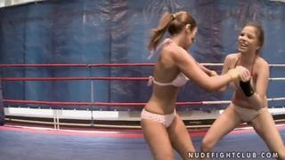 黛比怀特和桃子有很棒的战斗