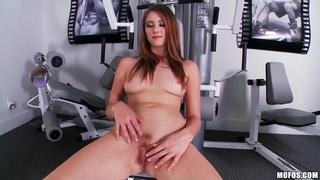 Shae Snow在健身房里摆姿势和自慰