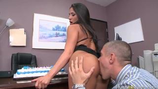 米克得到一个蛋糕和更多的庆祝活动