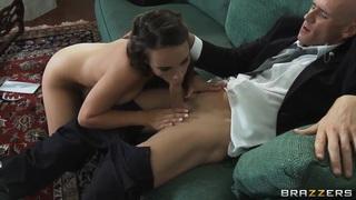 着名的笨蛋约翰尼·辛斯正坐在沙发上,让他的女友泰尔康拉德热热地吸吮他的家伙。