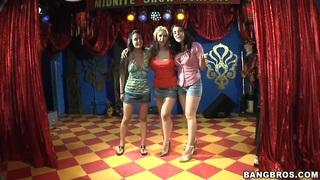 色情宝贝安吉丽娜斯托利和她的朋友们在表演
