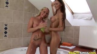 凯蒂坎贝尔和克里斯蒂娜在浴室洗澡