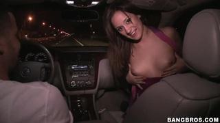 布鲁内特荡妇林恩爱在移动车中吸吮公鸡