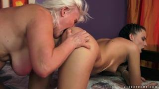 年轻的女孩朱迪正在被一位老太太接受