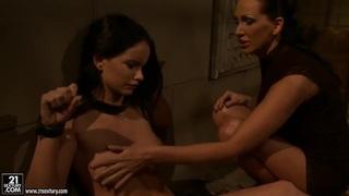 年轻可爱的曼迪布莱特被她的女友谢拉·布里尔捆绑裸体,被粗暴打屁股和嘲笑。