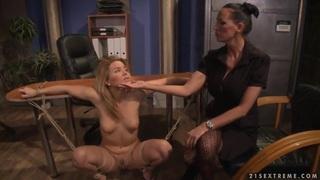 Hardcore BDSM与命名为Mandy Bright和Salome的女同性恋女孩的行动