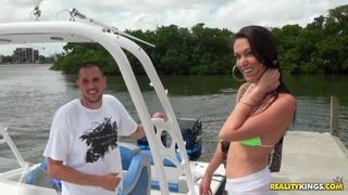 Jmac和Victoria Love在相机上有一些smooches