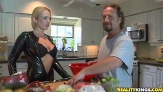 疯狂可爱的夫妇在厨房里非常热的性爱