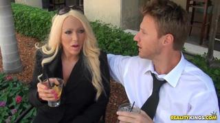 性感的金发色情明星正与她性感的男朋友开心