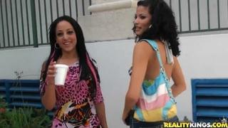 两个非常热的黑发在他们的第一次女同性恋爱的行动在相机前面