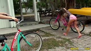瑞秋,克洛伊和莫莉骑自行车和他妈的