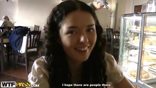 年轻的黑发Leonora看起来很漂亮,让我在街上狂野