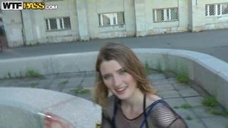 Sl blonde的金发女郎在街上肮脏的说话