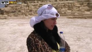 美丽的Aurita吮吸户外在埃及
