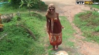 专业泰国妓女蒂芙尼在公园里吞下了鸡巴