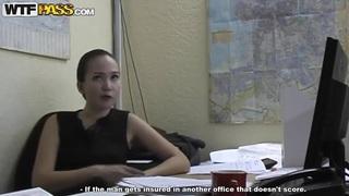 可爱的秘书娜塔莎在办公室变得顽皮