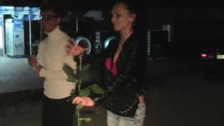 Margo&Aspen&Jocelyn在热辣的小女孩在旅行性爱视频中给了一个handjob