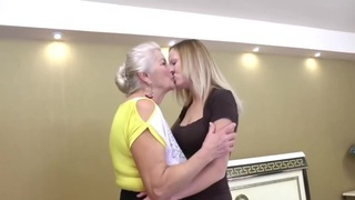 老(72岁)和年轻(29岁)女同性恋者