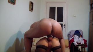 业余爱好者视频中的阿黛尔劳伦蒂亚展示了一场户外充满激情的性爱