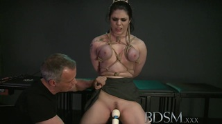 BDSM XXX黑色头发的小胸拥有与师父并列的乳房