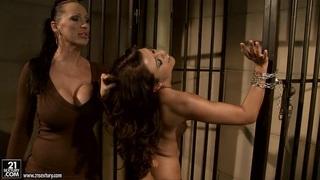 曼迪布莱特在监狱的钢铁上绑了一个热辣的宝贝