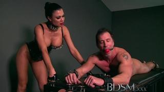 BDSM XXX奴隶男孩得到Dom的硬核治疗