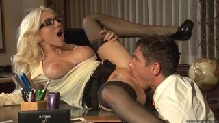 克里斯蒂史蒂文斯把这个硬屌塞进她的喉咙里
