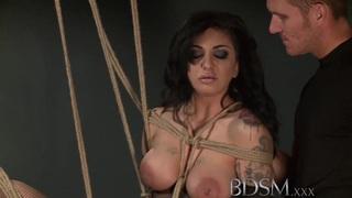 BDSM XXX Feisty宝贝获得了艰辛的道路
