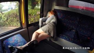 多毛的红发业余青少年在公交车上撞