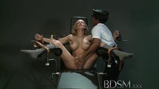 BDSM XXX奴隶女孩从愤怒的情妇获得高潮