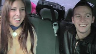 安妮在可爱的小妞在车里给了一个非常漂亮的口交