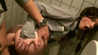 在公共厕所的Tanata他妈的与一个热辣的女孩和一个角质的家伙