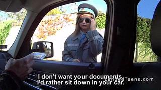 丰满的警察女子在农村的车内闯入