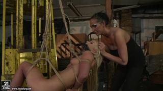 Mandy Bright用绳子绑了一个热的金发女郎