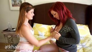 两个热女同志和一个床上玩