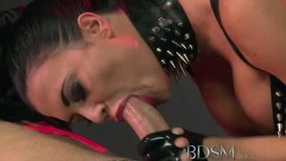 BDSM XXX Caged subs在性行为之前受到羞辱