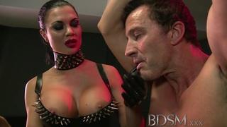 BDSM XXX奴隶男孩从情妇得到肛门关注