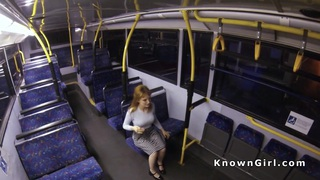 丰满的毛茸茸的业余爱好者在公共汽车上被撞